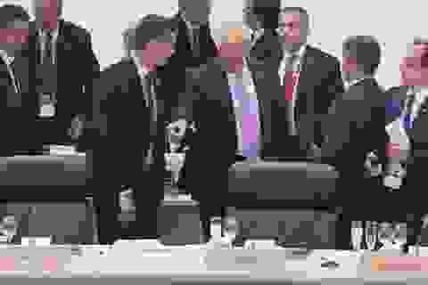 Báo chí Tây Ban Nha sôi sục chuyện Tổng thống Mỹ chỉ tay vào ghế của Thủ tướng Sanchez