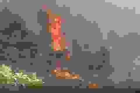 Hơn 50ha rừng bốc cháy, hàng trăm người căng mình dập lửa