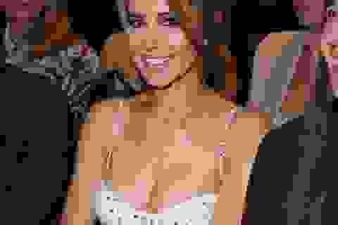 Cheryl bất ngờ mặc áo hở bạo