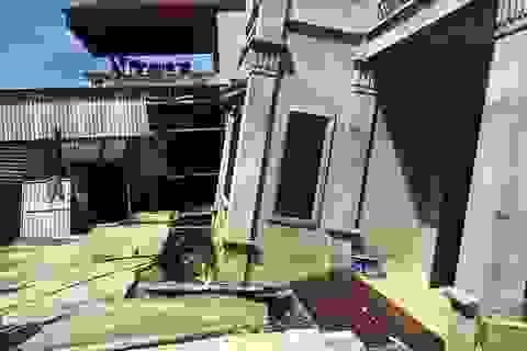 Cận cảnh ngôi nhà bất ngờ sụt xuống hố sâu 4m ở Hà Nội