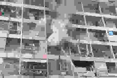 Ký túc xá ở Sài Gòn cháy dữ dội, nhiều người mắc kẹt