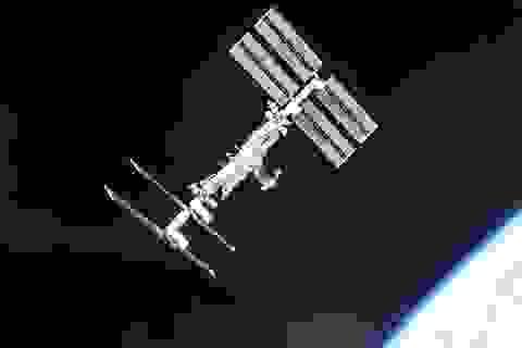 """UFO bay quay trạm ISS """"kiểm tra sự tiến bộ của loài người""""?"""