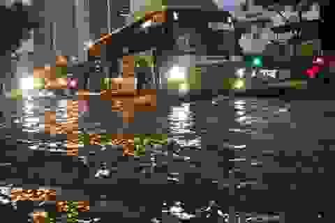 Hà Nội: Mưa lớn kéo dài 30 phút, nhiều tuyến phố ngập sâu