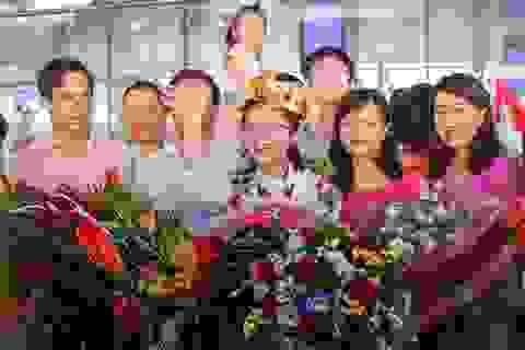 Ngập tràn cờ, hoa đón học sinh dự Olympic Vật lý quốc tế thắng lợi trở về