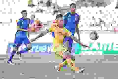 SL Nghệ An đánh rơi chiến thắng phút cuối vì quả penalty
