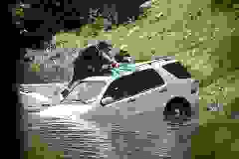 Nữ tài xế nhầm chân ga, xe Mercedes lao thẳng xuống sông
