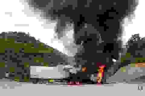 Container bốc cháy dữ dội, tài xế nhảy khỏi cabin thoát thân