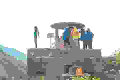 Bất chấp biển báo cấm, du khách vẫn leo trèo ở di tích Hải Vân Quan