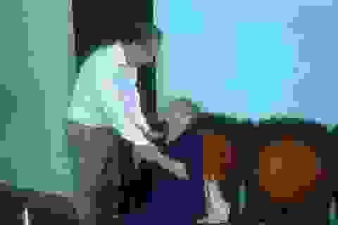 Chủ tịch tỉnh trích tiền lương tặng quà gia đình có công cách mạng