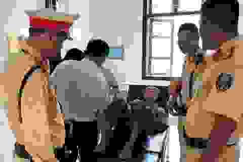 Cụ ông 81 tuổi bất tỉnh ven đường được CSGT Hà Nội giúp đỡ