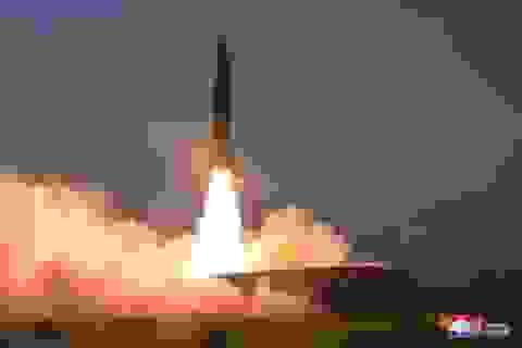 """Ông Trump bất ngờ """"dịu giọng"""" sau vụ phóng tên lửa của Triều Tiên"""