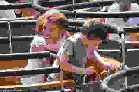 Coleen Rooney đưa con đi chơi công viên