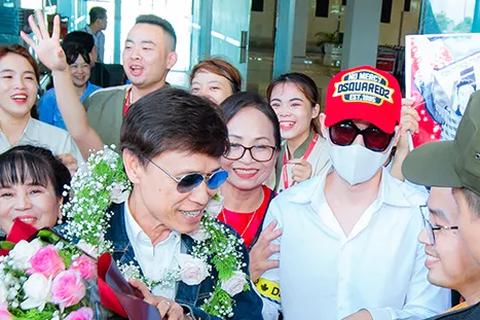 Tân quán quân Giọng hát Việt Đức Thịnh bịt kín mặt khi được chào đón ở quê nhà