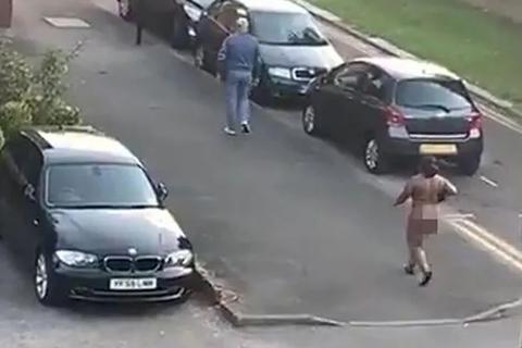 Người phụ nữ khỏa thân đi giữa đường vì trời quá nóng