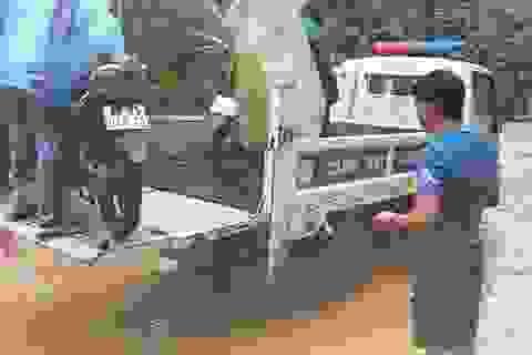 CSGT dùng xe chuyên dụng giúp dân qua đoạn đường ngập sâu