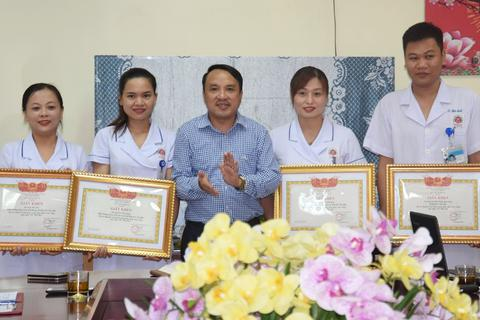 Khen thưởng 3 điều dưỡng viên hiến máu, cứu sản phụ băng huyết