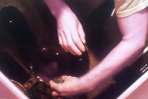 Lén lắp camera trong nhà, vợ phát hiện bị chồng đầu độc