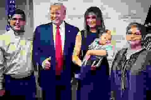 Hành động gây tranh cãi của ông Trump khi chụp ảnh với em bé mồ côi