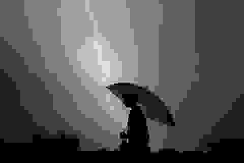 3 người trong một gia đình bị sét đánh tử vong khi trú mưa dưới ô