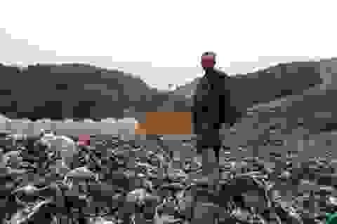 """Mưa lũ kéo hàng ngàn tấn rác """"đổ ụp"""" xuống thung lũng hoa màu"""