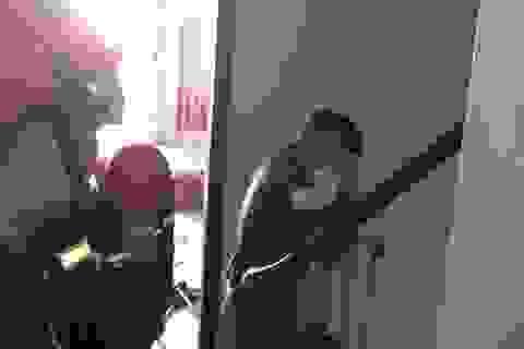 Bé 8 tháng tuổi cùng bà nội mắc kẹt trong thang máy ở Sài Gòn