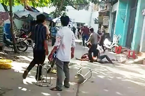 Hỗn chiến vì xe máy đậu chắn lối ô tô, 8 người bị khởi tố