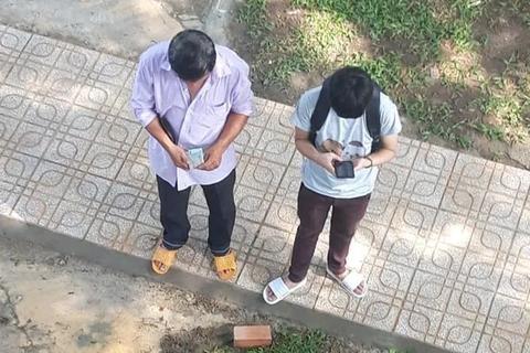 Cay mắt với tấm hình người cha đếm tiền ngày đưa con nhập trường
