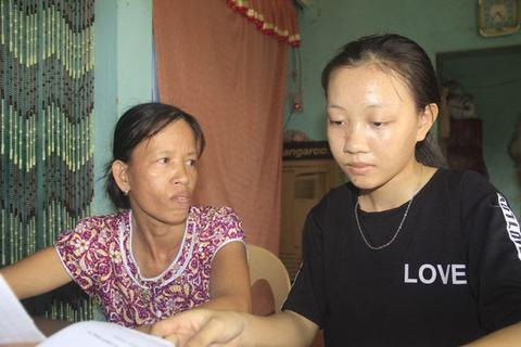 Khát khao trở thành cô giáo, nữ sinh nhà nghèo nuôi gà, bán cà phê gom góp tiền công để nhập học