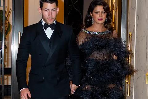 Priyanka Chopra diện váy xuyên thấu sánh đôi chồng kém 10 tuổi
