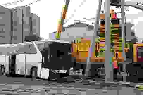 Xe du lịch đâm trúng cột đèn, 29 du khách Trung Quốc bị thương