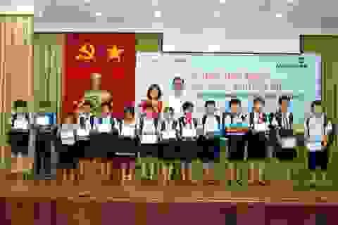 """Vietcombank Bắc Bình Dương tặng 235 phần quà và học bổng cho các học sinh nghèo vượt khó tại Ngày hội """"Vietcombank tiếp sức đến trường"""""""