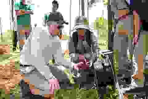Đại sứ Mỹ tự tay phá hủy bom mìn còn sót lại sau chiến tranh tại Quảng Trị