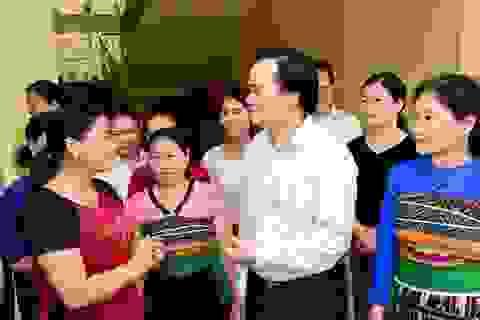 Bộ trưởng Phùng Xuân Nhạ thăm, tặng quà học sinh vùng lũ