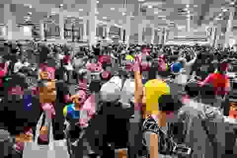 """Mặc kệ """"thương chiến"""", dân Trung Quốc tranh cướp mua hàng ở siêu thị Mỹ"""