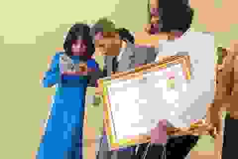 Các nghệ sĩ gạo cội được con cháu dìu đến nhận danh hiệu Nghệ sĩ Nhân dân