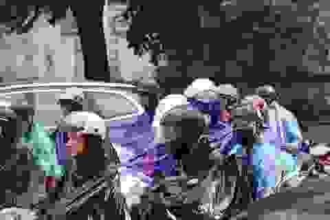 Người dân chật vật đội mưa rời Thủ đô về quê nghỉ lễ
