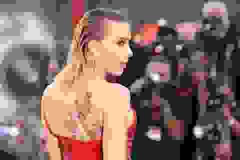 """Scarlett Johansson lộ hình xăm """"khủng"""" trên lưng"""