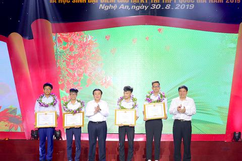 Nghệ An tuyên dương 113 học sinh đạt giải quốc tế, quốc gia và học sinh đạt điểm cao