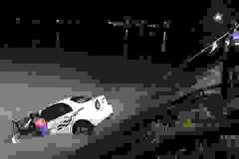 Ô tô lao xuống kênh, 2 người may mắn thoát nạn