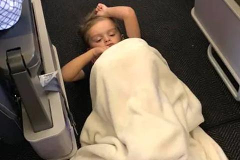 Xúc động câu chuyện đằng sau bức ảnh cậu bé tự kỷ nằm trên sàn máy bay Mỹ