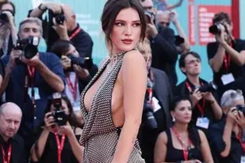 Bella Thorne đẹp quyến rũ với váy xẻ gợi cảm