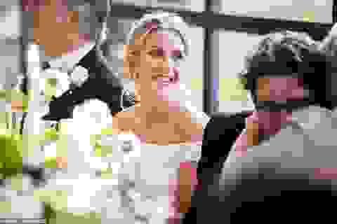 Ellie Goulding thay 4 chiếc váy trong ngày cưới