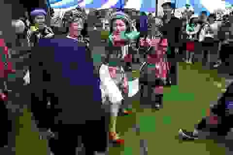 """Tục vỗ mông """"bày tỏ tình cảm"""" của người H'Mông"""