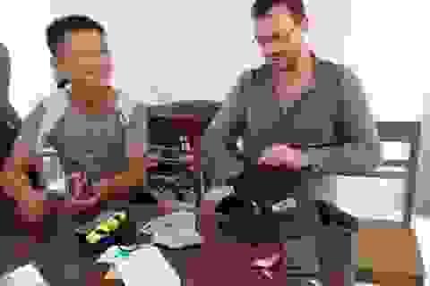Du khách Colombia vui mừng nhận lại tài sản đánh rơi khi du lịch Quảng Bình
