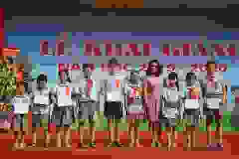 Hà Nội: 20 học sinh nghèo vượt khó vui mừng nhận học bổng trong ngày khai trường