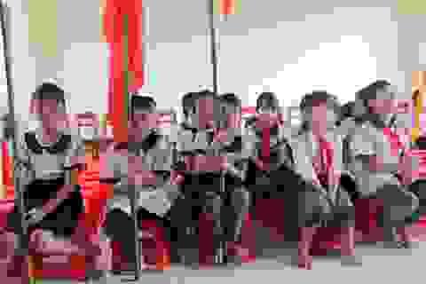 """Học sinh quần áo lấm lem, """"chân quỳ chân chống"""" dự lễ khai giảng"""