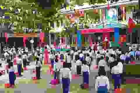 Không khí khai giảng khắp xứ Nghệ: Miền xuôi mưa, biên giới nắng ráo