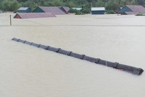 Vùng rốn lũ tiếp tục ngập sâu, nhiều xã ven sông Gianh chìm trong biển nước