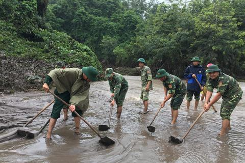 Sau mưa lũ, Bộ đội Biên phòng hối hả dọn bùn giúp dân