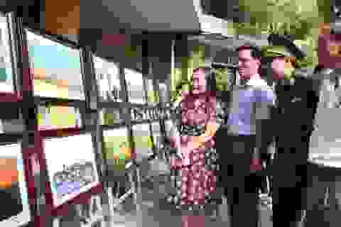 Triển lãm tranh ảnh về biển đảo gây quỹ ủng hộ đồng bào lũ lụt